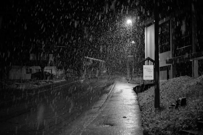 Schneefall im Dorf Höfen
