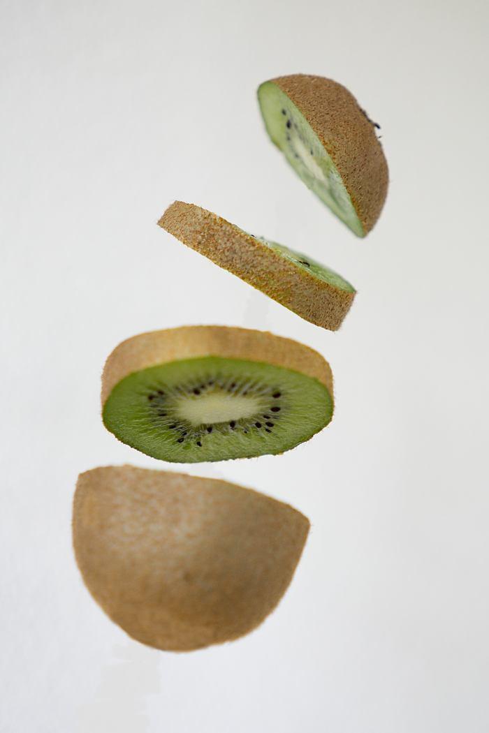 Frische Kiwi, in der Luft geschnitten wie ein Ninja