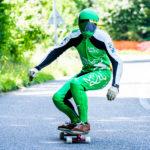 Downhill-Longboarder grüner Kombi