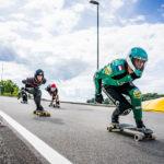 Vier Rennlongboarder downhillen