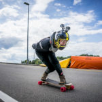 Downhill-Longboarder mit Double-GoPro